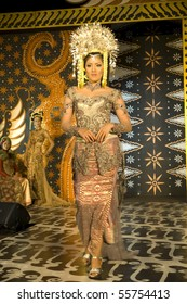 JAKARTA - JUNE 19: Fashion Show Indonesian Culture Wedding Dress June 19, 2010 in Jakarta Indonesia