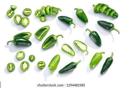 Jalapeno-Chilischoten (Capsicum annuum fruits), ganz, gehackt, halbiert und in Scheiben geschnitten, Draufsicht, einzeln