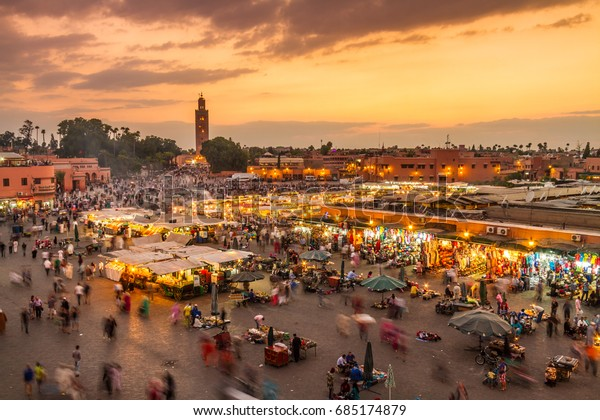 Marktplatz Jamaa el Fna, Marrakesch, Marokko, Nordafrika. Jemaa el-Fnaa, Djema el-Fna oder Djemaa el-Fnaa ist ein berühmter Platz und Marktplatz in der Medina von Marrakesch.