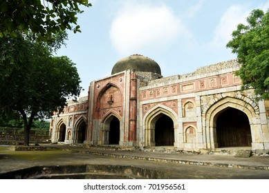 Jamali Kamali Mosque. Jamali Kamali Mosque is a sixteenth century mosque located in the Mehrauli Archaeological Park in New Delhi.