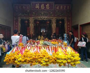 Jan 5 2019: Bangkok Thailand: Thai / Chinese People pray for New year at Dragon Temple Kammalawat. Wat Lengnoeiyi Chinese Buddhist temple. Pray for healthy, wealthy and good for life.
