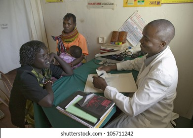 JANUARY 2007 - A doctor consults with mother and children about HIV/AIDS at Pepo La Tumaini Jangwani, HIV/AIDS Community Rehabilitation Program, Orphanage & Clinic. Nairobi, Kenya, Africa