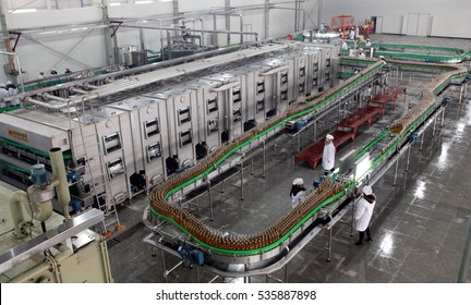 January 8, 2012, in Jiujiang, Jiangxi Mount Lu Beer Co., Ltd. production workshop, the workers are on the assembly line to fill the Mount Lu beer. China's beer consumption is the world's first.