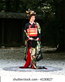 Japanese bride in traditional wedding kimono (the garden of Meiji-Jingu Shrine, Tokyo)