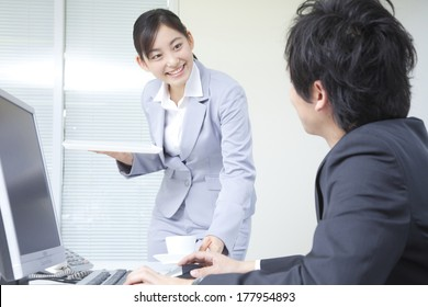 Japanese businesswoman to issue a coffee to boss