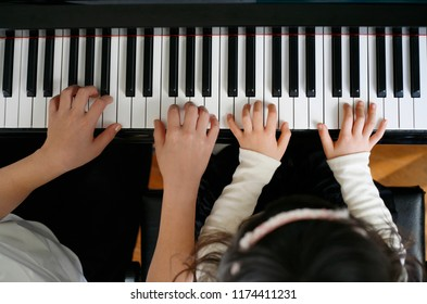 The Japanese child who gives lessons in a piano