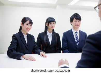 Japanese college students to receive the interview