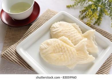 Japanese cuisine, whte taiyaki with green tea