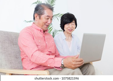 Japanese elderly couple to operate the PC