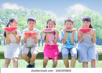 Japanese elementary school students to eat watermelon