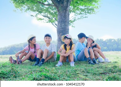 Japanese elementary school students to rest in the shade of a tree
