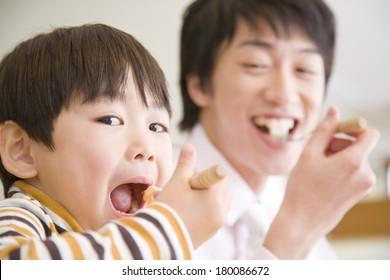 食事をする日本人の父と子