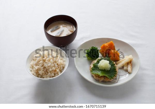 – 日本食、玄米のヘルシーな豆腐ハンブルグ