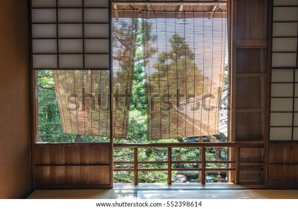 窓の上の日本庭園