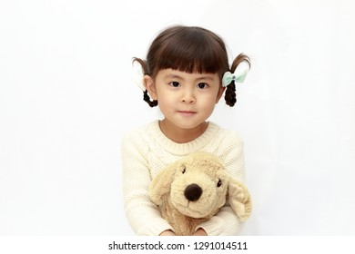Japanese girl holding a stuffed dog (4 years old) (white back)