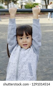 Japanese girl playing with high bar (4 years old)
