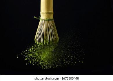 Japanischer Matcha-grüner Tee für gesundes Lifestyle-Design. Organischer grüner Tee-Matcha-Pulver splash.