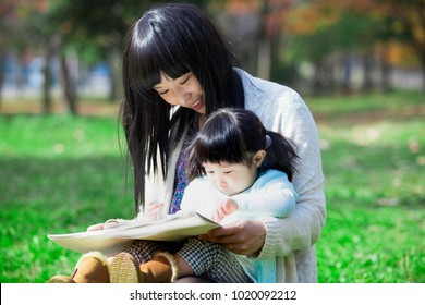 Japanese mother and daughter to the drawing in the park