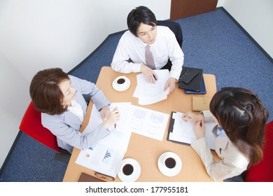 Japanese office lady and businessman in the meeting