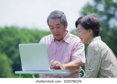 Japanese old man to operate the personal computer