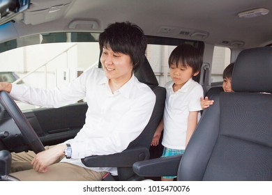 Japanese parent and child to see the navigation in the car