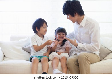 Japanese parents and children to play on the sofa