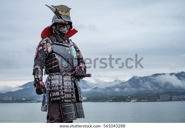 Samurai japonês no Santuário de Itsukushima, ícone do Japão