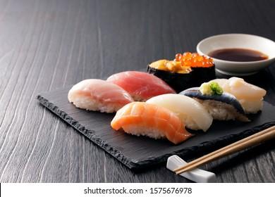 黒い石板に寿司をセットしたもの