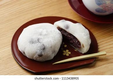 Japanese sweets/Daifuku mochi/Rice cake stuffed with sweet bean