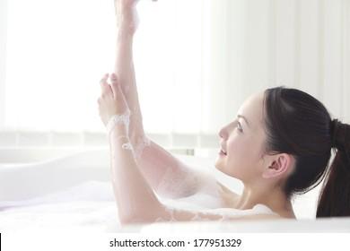 Japanese women wash the body in a bath of foam