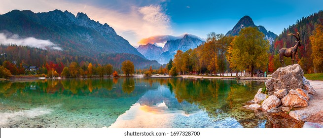 Jasna See mit schönen Spiegelungen der Berge. Nationalpark Triglav, Slowenien