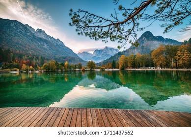 Jasna See mit schönen Reflexionen der Berge und Holzsteg. Nationalpark Triglav, Slowenien