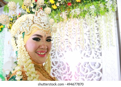 Javanese wedding with a combination of the veil in Indonesia