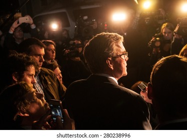 Jeb Bush speaks to reporters outside a home in Dover, NH, USA, March, 13 2015