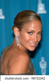 JENNIFER LOPEZ at the 73rd Annual Academy Awards in Los Angeles. 25MAR2001.   Paul Smith/Featureflash