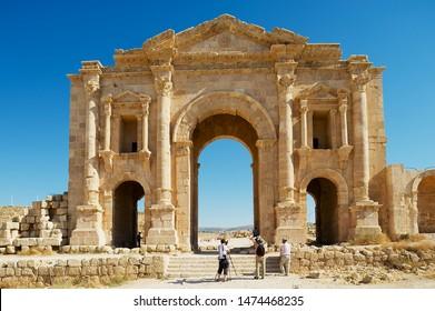 Jerash, Jordanie - 19 août 2012 : Les touristes visitent l'arc d'Hadrien dans l'ancienne ville romaine de Gerasa à Jerash, en Jordanie.