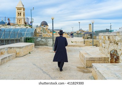 JERUSALEM, ISRAEL - FEBRUARY 18, 2016: The orthodox hasid walks along the roof in the old city, on February 18 in Jerusalem.