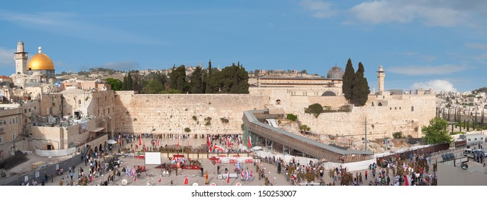 JERUSALEM, ISRAEL- MAY 2: Israeli soldiers take their oaths on the square at Wailing Wall on May 2, 2013 in Jerusalem, Israel.