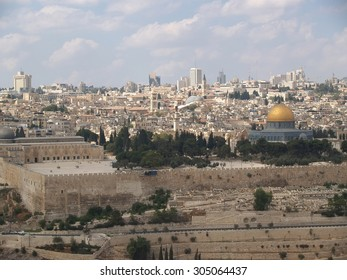 JERUSALEM, ISRAEL - OCTOBER 09, 2012: View of the Temple mountain and mosque Kubbat as-Sakhra (Scala's Dome)