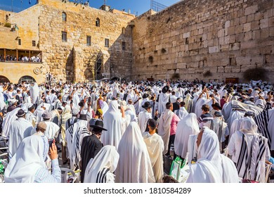 JERUSALEM, ISRAEL - SEPTEMBER 26, 2018:  Thousands of Jews, wrapped in tallits, pray at the Wailing Wall. Morning autumn Sukkot. Blessing of the Kohanim