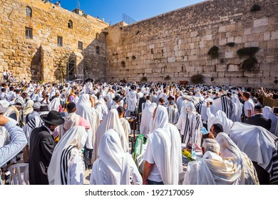 JERUSALEM, ISRAEL - SEPTEMBER 26, 2018: Thousands of Jews, wrapped in tallits, pray at the Wailing Wall. The Jews hold four ritual plants. Morning autumn Sukkot.