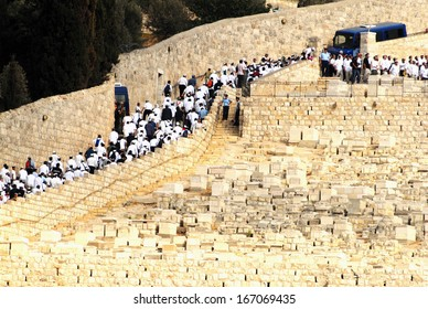 JERUSALEM - SEP 28:Rabbi Avraham Shapira funeral in Mount of Olives on Sep 28, 2007. Mount of Olives has been used as a Jewish cemetery for over 3,000 years and holds approximately 150,000 graves.