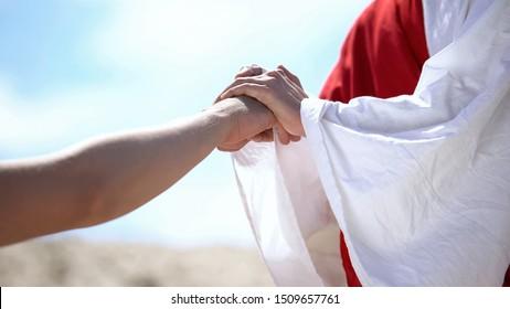 Jesus, der männliche Hand hält, um christliches, religiöses Wunder zu heilen, Nahaufnahme