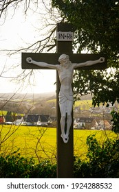 Jesus auf dem Kreuz mit einem Baumrahmen auf Hintergrund