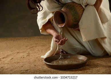 Jesus pouring water trought his fingers before washing his disciples feet