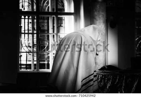 Ein Jude betet in einer Synagoge