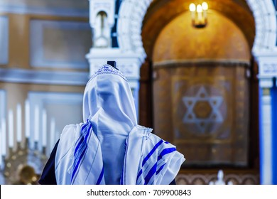 The Jew prays in the synagogue