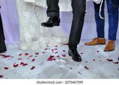 jewish wedding ceremony breaking the glass