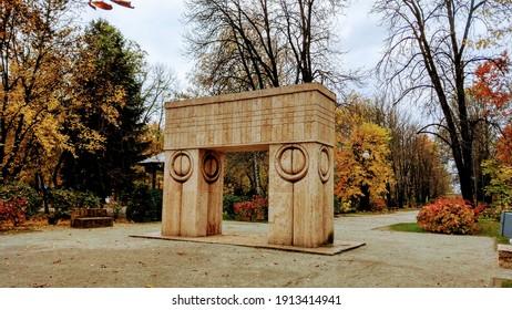 Târgu Jiu, RO - November 8, 2019: The Gate of the Kiss (Poarta Sărutului) by Constantin Brâncuși. The Sculptural Ensemble of Constantin Brâncuși in the public central park. Beautiful autumn photo.