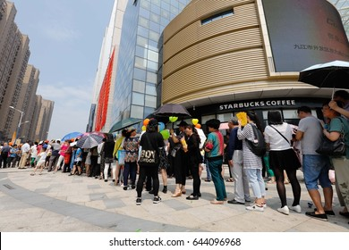 JIUJIANG CHINA-May 20, 2017:Jiujiang city, merchants in order to promote prosperity, send consumers 3000 bottles of cooking oil, attracting large numbers of people queuing under the scorching sun.